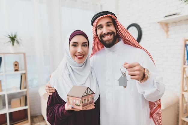 Gelukkige arabische paar met huis sleutels droomhuis. Premium Foto