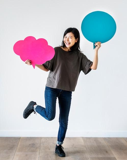 Gelukkige aziatische copyspace van de vrouwenholding toespraakbel Premium Foto