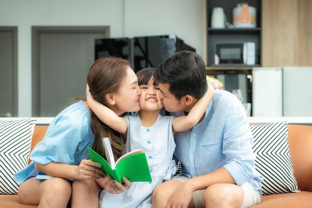 Gelukkige aziatische familie thuis lezen Premium Foto