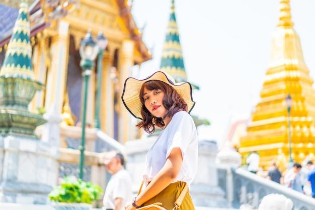 Gelukkige aziatische vrouwenreis bij tempel in thailand Premium Foto