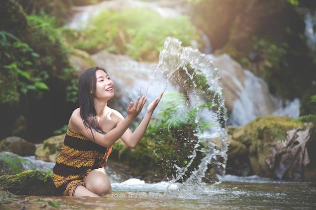 Gelukkige badende vrouwen bij de natuurlijke waterval Gratis Foto