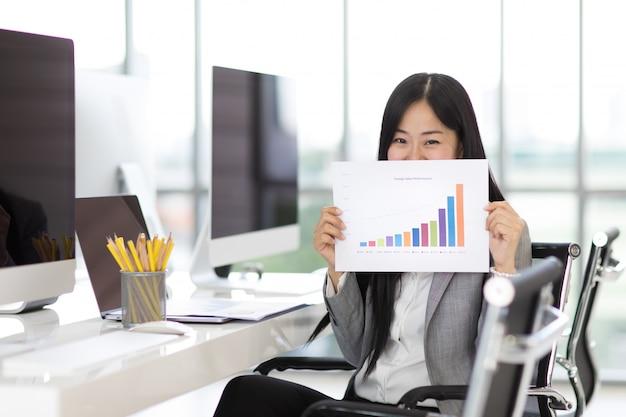 Gelukkige bedrijfsvrouw in bureau. Premium Foto