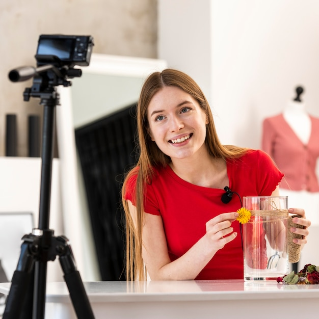 Gelukkige blogger die decor diy zelfstudie tonen bij camera Gratis Foto
