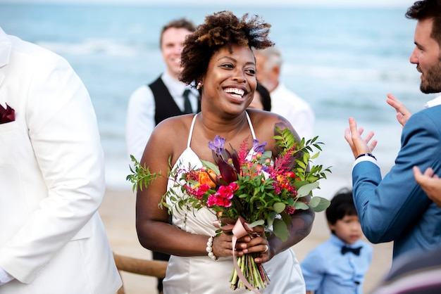 Gelukkige bruid en bruidegom in een huwelijksceremonie op een tropisch eiland Premium Foto