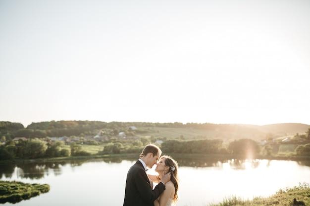 Gelukkige bruiden brengen tijd door in de natuur Gratis Foto