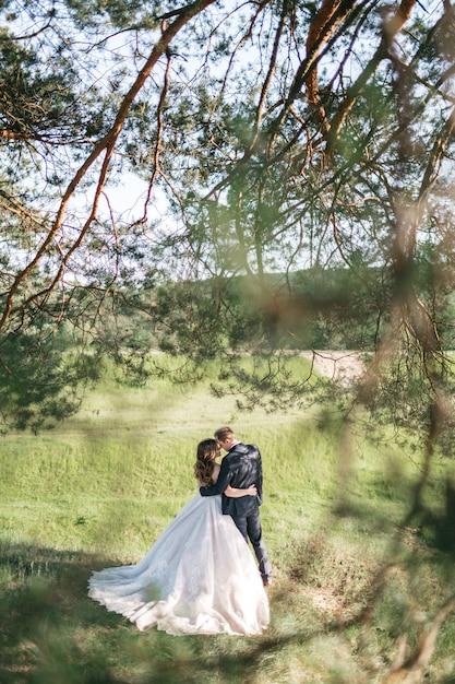 Gelukkige bruiden brengen tijd door in het bos in de zomer Gratis Foto