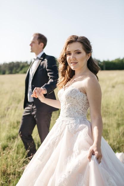 Gelukkige bruiden houden elkaar bij de hand vast Gratis Foto
