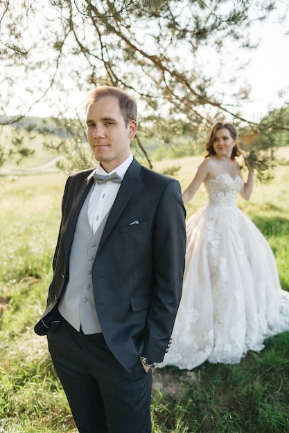 Gelukkige bruiden worden in de zomer in het bos gefotografeerd Gratis Foto