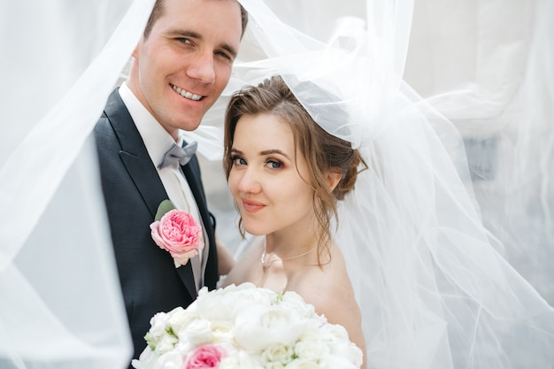Gelukkige bruiden zijn op de trouwdag Gratis Foto