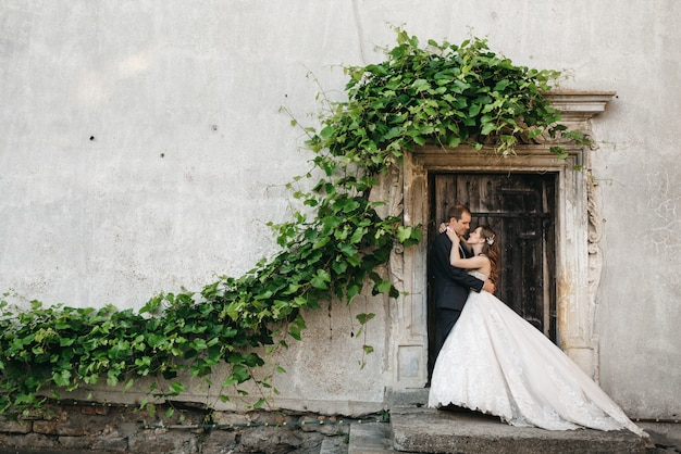 Gelukkige bruidsmeisjes worden gefotografeerd in de buurt van het oude huis Gratis Foto