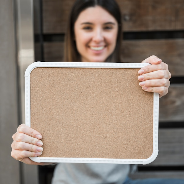Gelukkige dame met houten tablet Gratis Foto