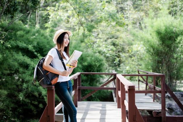 Gelukkige de torist van de levensstijl mooie vrouw om in wilde reis te reizen die tijdens vakantie wandelen. Gratis Foto