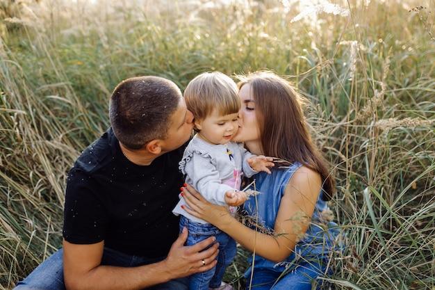 Gelukkige familie buitenshuis tijd samen doorbrengen Gratis Foto