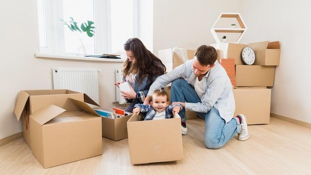 Gelukkige familie die bij hun nieuw huis geniet van Gratis Foto
