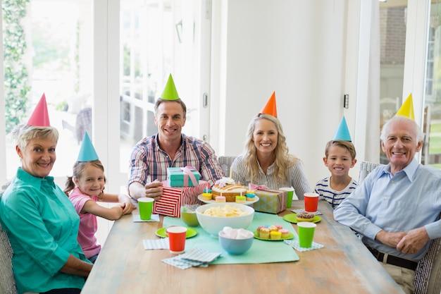 Gelukkige familie die van meerdere generaties een verjaardag viert Premium Foto