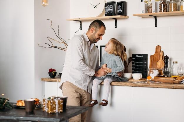 Gelukkige familie in de keuken. Premium Foto