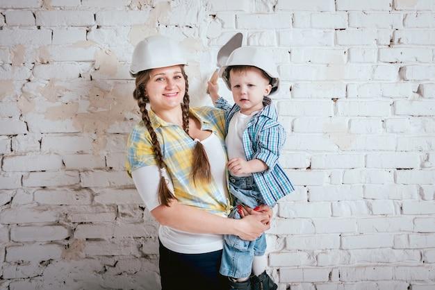 Gelukkige familie in nieuw huis. bouw en renovatie Premium Foto