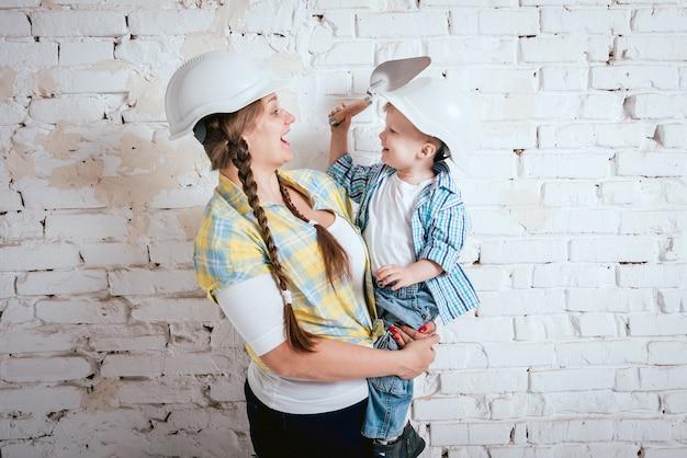 Gelukkige familie in nieuw huis. bouw, reparatie, interieur. Premium Foto