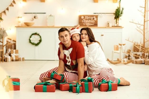 Gelukkige familie in pyjama's thuis Premium Foto