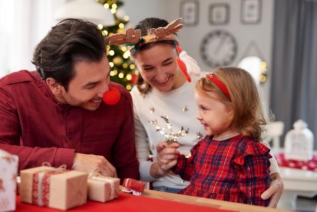 Gelukkige familie kerst samen thuis doorbrengen Gratis Foto
