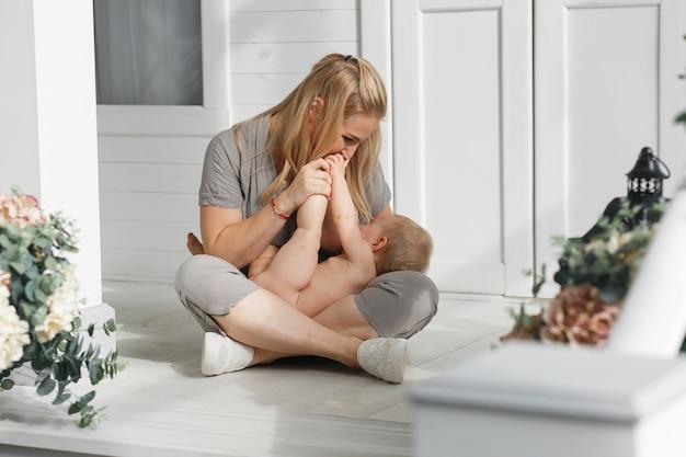 Gelukkige familie lachende gezichten, moeder die het aanbiddelijke meisje van de kindbaby houden Gratis Foto