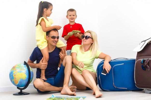 Gelukkige familie met bagage is klaar om te reizen. Premium Foto
