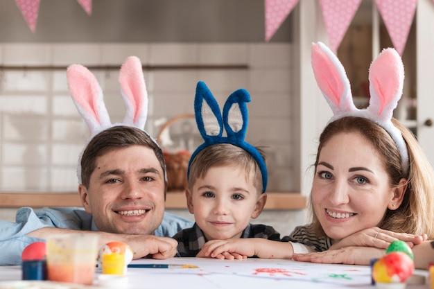 Gelukkige familie met bunny oren poseren Gratis Foto