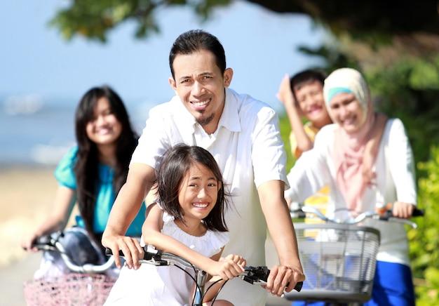 Gelukkige familie met fietsen Premium Foto