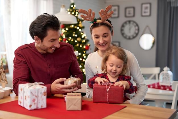 Gelukkige familie met kerstcadeaus thuis Gratis Foto