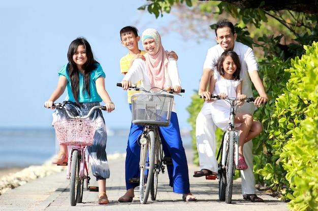 Gelukkige familie met kinderen fietsen Premium Foto