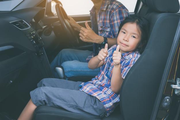 Gelukkige familie op een road trip Premium Foto