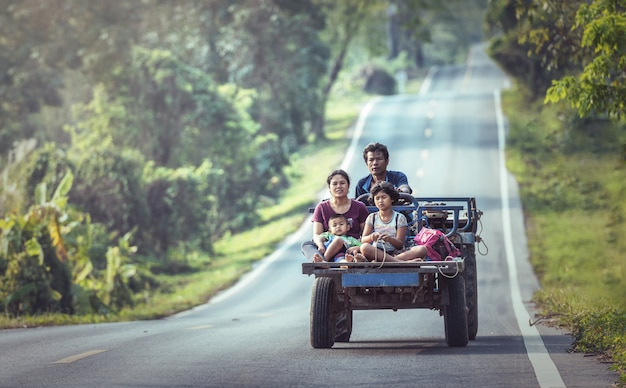 Gelukkige familie op een voertuig op de noordoostelijke weg van thailand Premium Foto