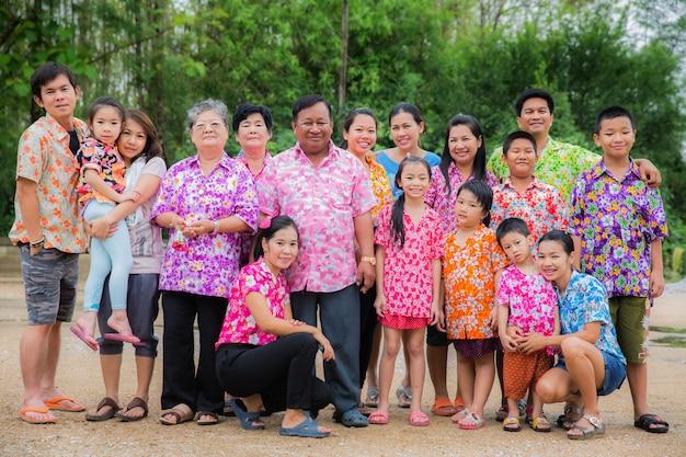 Gelukkige familie op songkran-festival Premium Foto