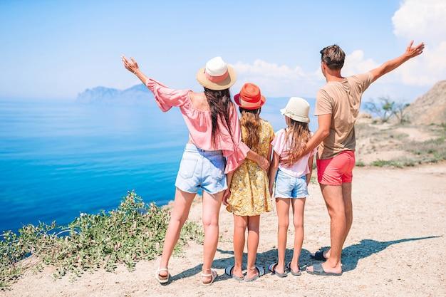 Gelukkige familie op vakantie in de bergen Premium Foto