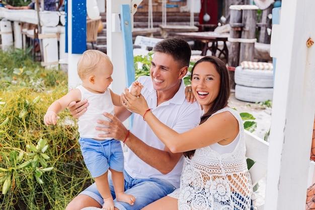 Gelukkige familie op vakantie met kleine babyjongen Gratis Foto