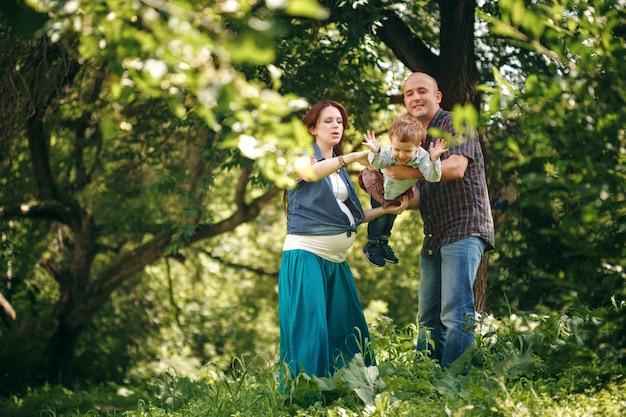 Gelukkige familie plezier buitenshuis Premium Foto
