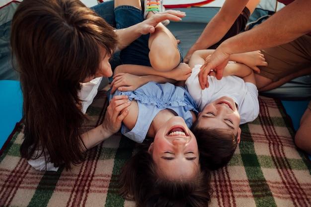 Gelukkige familie plezier tijdens picknick Gratis Foto