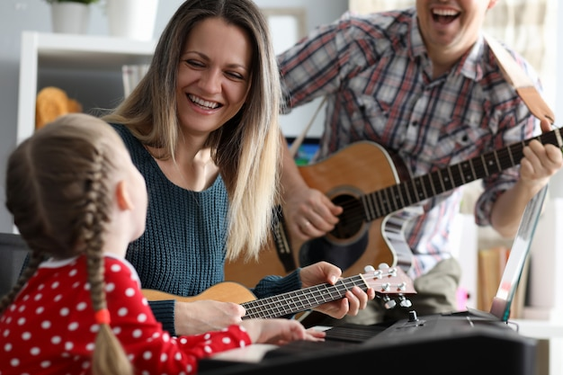 Gelukkige familie speelt muziekinstrumenten Premium Foto