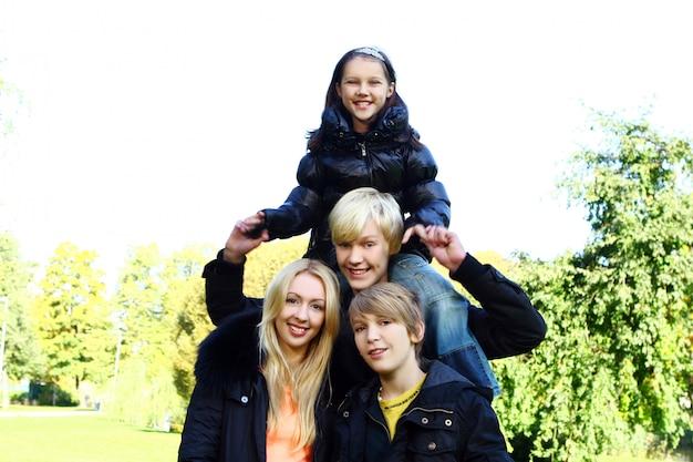 Gelukkige familie veel plezier in het park Gratis Foto