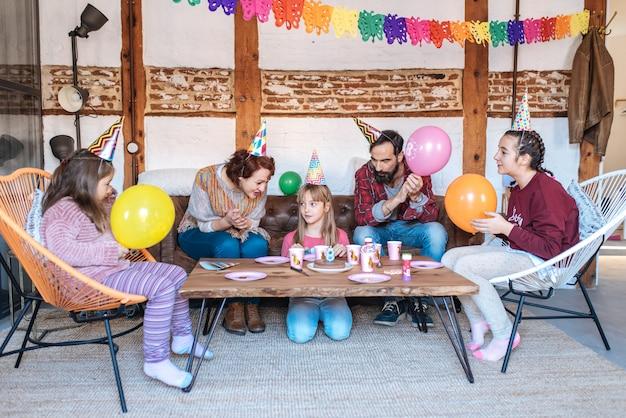 Gelukkige familie vieren meisje verjaardag Premium Foto
