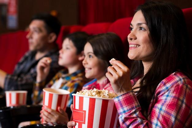 Gelukkige familie zitten in de bioscoop Gratis Foto
