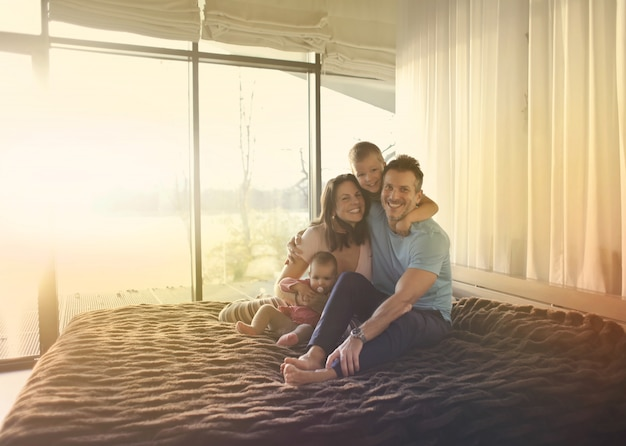 Gelukkige familietijd thuis Premium Foto