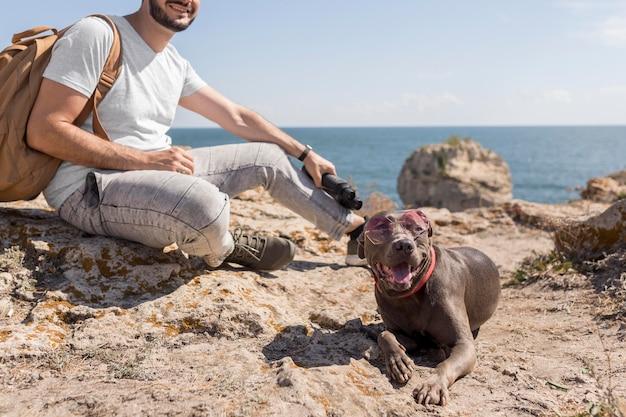 Gelukkige hond die zonnebril draagt Gratis Foto