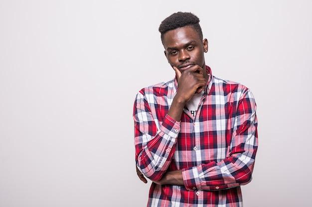 Gelukkige jonge afro-amerikaanse geïsoleerde mens - zwarte mensen Gratis Foto