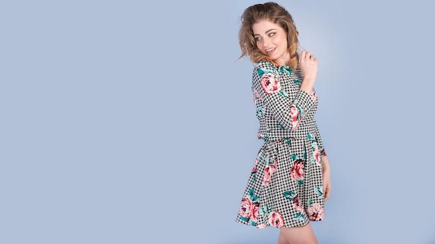 Gelukkige jonge dame in elegante jurk Gratis Foto