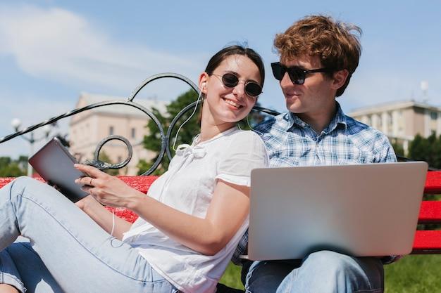 Gelukkige jonge freelancers in het park Gratis Foto