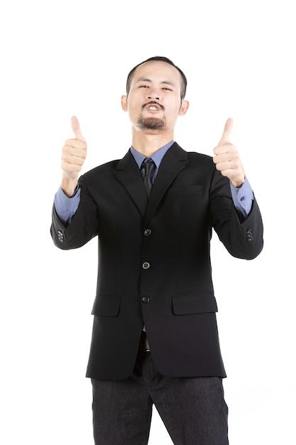 Gelukkige jonge gebaarde mens in formele slijtage die opgeheven wapens houden en positiviteit uitdrukken. Premium Foto