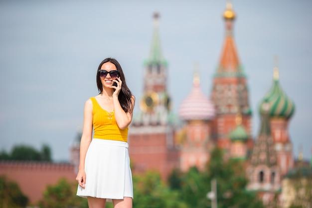 Gelukkige jonge stedelijke vrouw in europese stad. Premium Foto