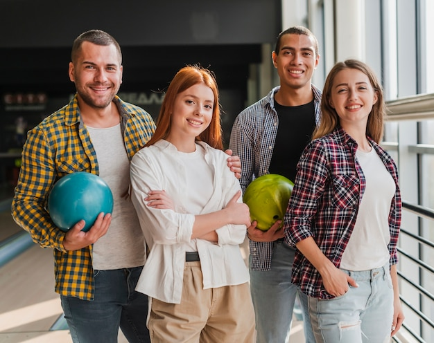 Gelukkige jonge vrienden in een bowlingclub Gratis Foto