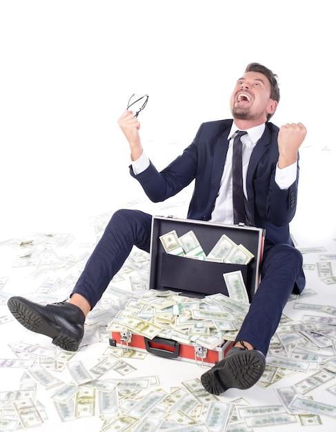 Gelukkige jonge zakenman die in formalwear geld overgeven. Premium Foto